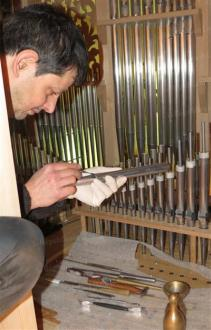 q.blumenroeder en train d'harmoniser l'orgue de neukirchen